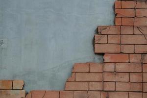 mattoni usurati e muro di cemento