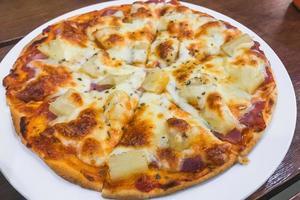 primo piano della pizza al formaggio foto
