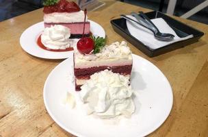 Cheesecake di velluto rosso con panna montata foto