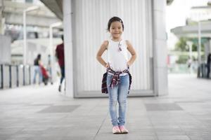 bambina intelligente in piedi in città