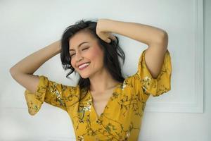 ritratto di una donna su sfondo bianco foto