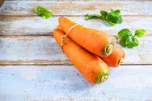 carote fresche su un tavolo foto