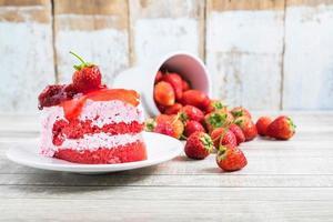 torta di fragole con fragole foto