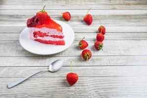 torta con fragole e un cucchiaio foto