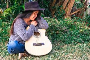 donna seduta con una chitarra foto