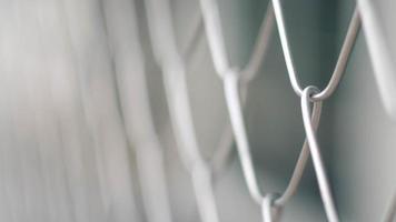 primo piano di una recinzione metallica