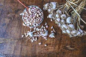aglio e chiodi di garofano su un tavolo foto