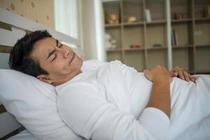 uomo addormentato in camera da letto foto