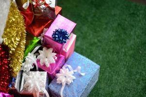 primo piano di scatole regalo con copia spazio foto