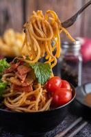 spaghetti al pomodoro e lattuga foto