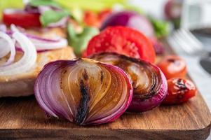 bistecca di pollo con verdure arrosto