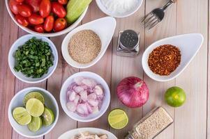 pezzi di pollo bolliti con verdure e spezie su un tavolo di legno