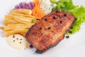 pesce con patatine fritte e insalata foto