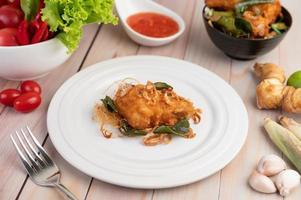 un piatto di pollo fritto alle erbe