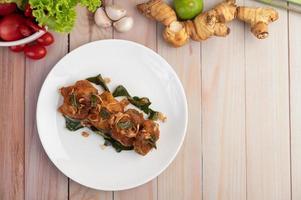 un piatto di pollo fritto alle erbe foto