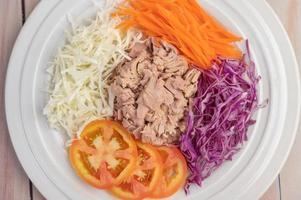 insalata di tonno con carote, pomodori e cavoli