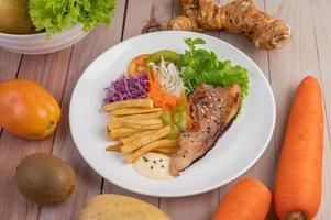 pesce con patatine fritte e insalata
