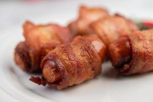 pancetta di maiale avvolta in salsiccia foto