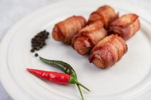legami di salsiccia con peperoni e cetrioli foto