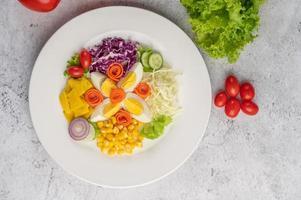 insalata di verdure con uova sode