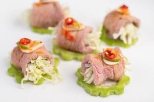 insalata di maiale piccante e delicata al lime