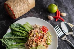 insalata di maiale piccante al lime con verdure e contorni foto
