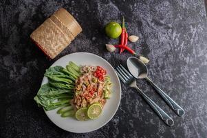 insalata di maiale piccante al lime con verdure e contorni