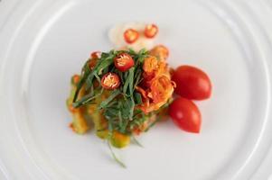 peperoncini rossi, foglie di lime kaffir, zucca amara e pomodori impilati insieme