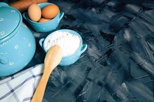 cucchiaio di legno e farina