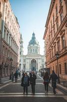 persone che camminano nella basilica di budapest