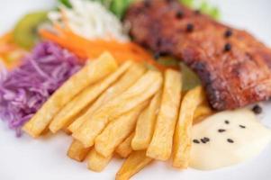 bistecca di pesce con patatine fritte e insalata
