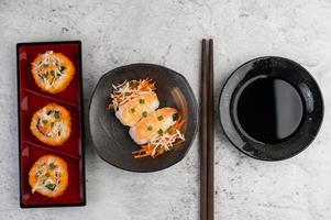 sushi placcato con salsa e bacchette