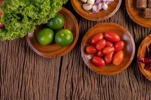 zucchero di palma, cipolle rosse, peperoni secchi, pomodori, cetrioli, fagioli lunghi e lattuga