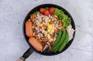tagliatelle saltate in padella con carne di maiale tritata, edamame, pomodori e funghi