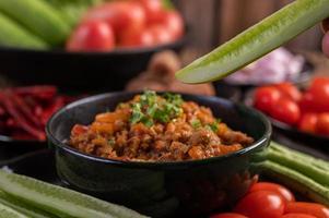 maiale con cetrioli, fagioli lunghi, pomodori e contorni