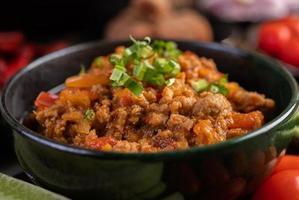 ciotola di maiale dolce con cetrioli, fagioli lunghi e pomodori