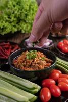 maiale dolce con cetrioli, fagioli lunghi, pomodori e contorni