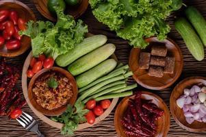 maiale dolce in una ciotola di legno con ingredienti