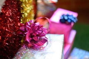 primo piano di un fiocco di nastro su una confezione regalo