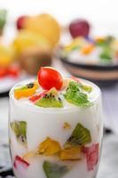 frullato di yogurt alla frutta in vetro trasparente