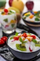 macedonia di frutta in una ciotola di yogurt foto