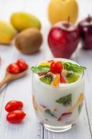 frullato di yogurt alla frutta in vetro trasparente foto