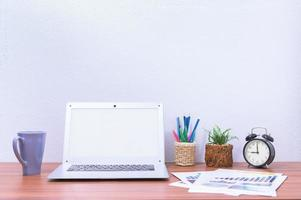 computer portatile e fiore sulla scrivania