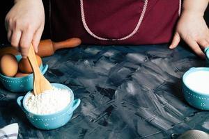 persona che mescola la farina in una ciotola