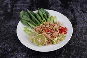 insalata di maiale piccante al lime su letto di verdure foto