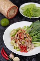 insalata di maiale piccante al lime su letto di verdure