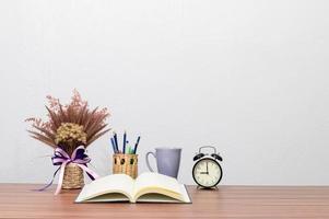 cancelleria e libro sulla scrivania