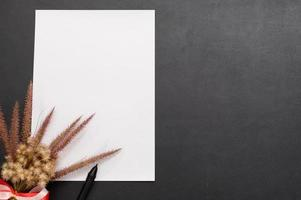 carta bianca e penna sulla scrivania