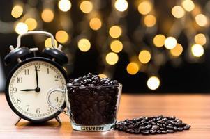 tazza di caffè sulla scrivania foto