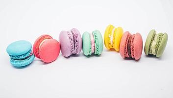 macarons pastello isolati su uno sfondo bianco. foto